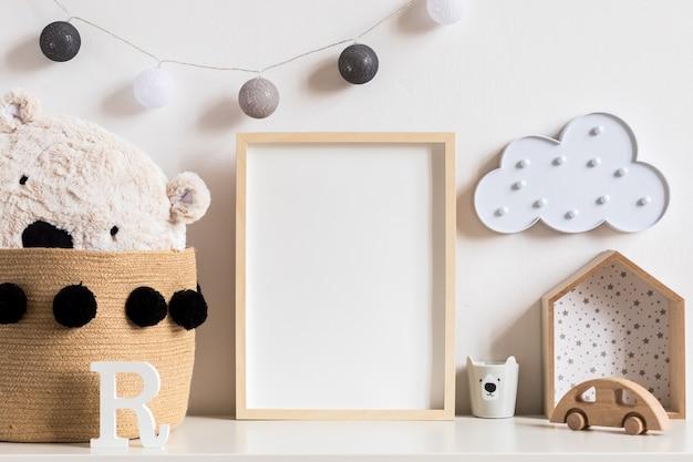 Nowoczesny skandynawski pokój dla noworodka z ramką na zdjęcie, drewnianym samochodem, pluszowymi zabawkami i chmurkami