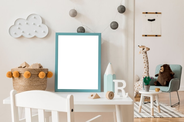 Nowoczesny skandynawski pokój dziecięcy z ramką na zdjęcia białe meble drewniany samochód pluszowe zabawki wiszące waciki i białe gwiazdki i chmurka stylowe i kreatywne wnętrze z neutralnymi ścianami