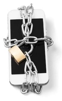 Nowoczesny smartfon z kłódką na zamek szyfrowy. koncepcja bezpieczeństwa telefonu komórkowego