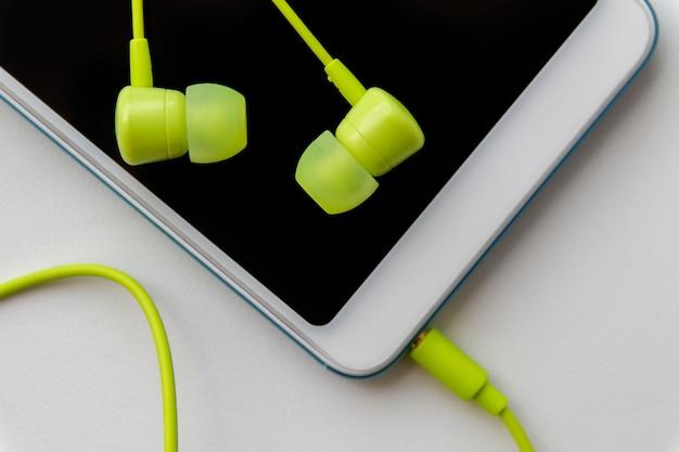 Nowoczesny smartfon z słuchawkami wapna