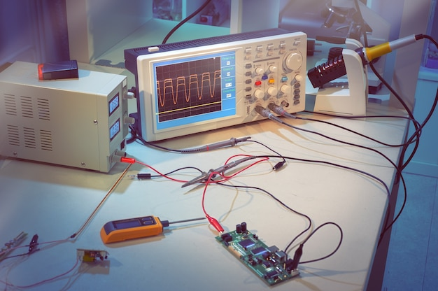 Nowoczesny sprzęt elektroniczny w centrum obsługi komputera