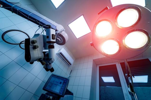 Nowoczesny sprzęt medyczny. operacja mikroskopu chirurgicznego w sali operacyjnej.