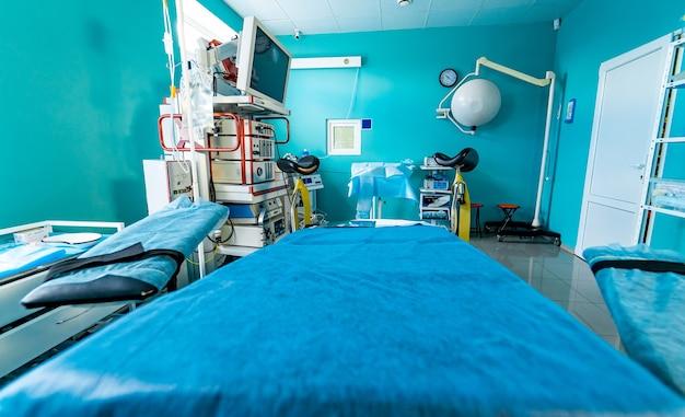 Nowoczesny sprzęt w sali operacyjnej. urządzenia medyczne do neurochirurgii. tło. sala operacyjna. selektywne skupienie.
