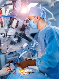 Nowoczesny sprzęt w sali operacyjnej.
