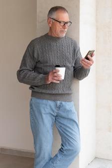 Nowoczesny starszy mężczyzna na zewnątrz
