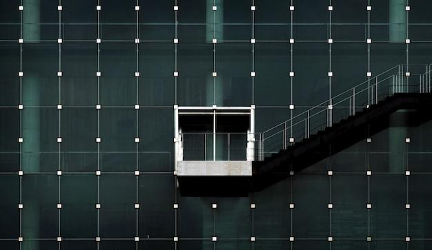 Nowoczesny styl architektoniczny na poddaszu z żelaznym stopniem