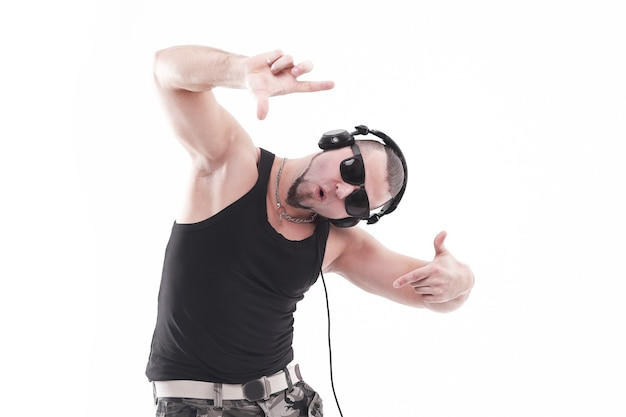 Nowoczesny, stylowy facet słuchanie muzyki za pomocą słuchawek na białym tle
