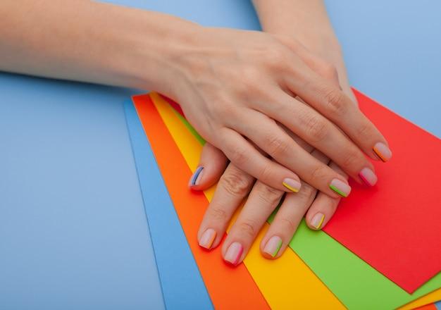 Nowoczesny stylowy manicure tęcza lub letni nastrój