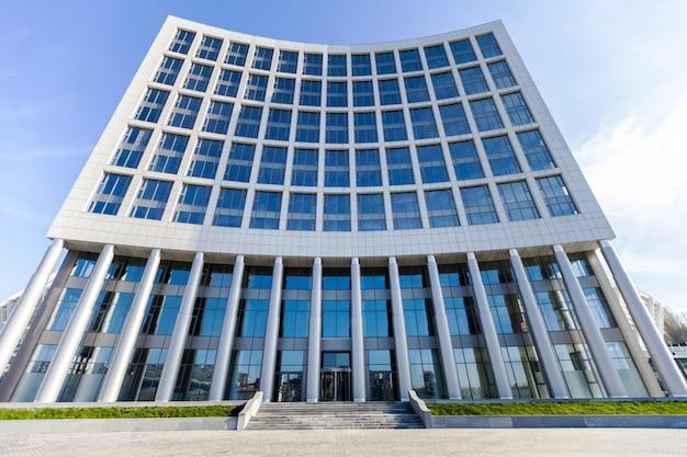 Nowoczesny szklany budynek biurowy na tle nieba
