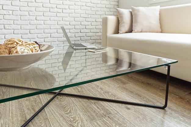 Nowoczesny szklany stolik we wnętrzu loftu