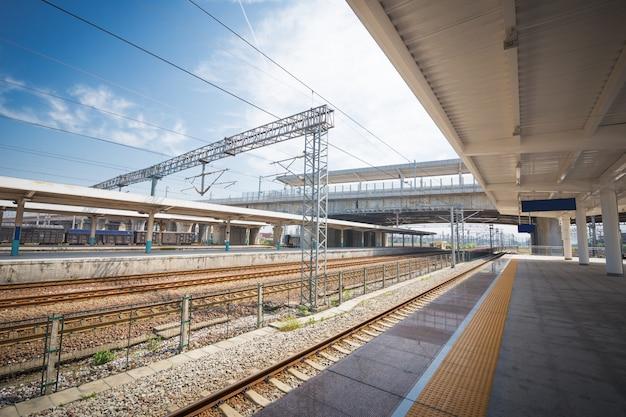 Nowoczesny szybki pociąg na stacji kolejowej z efektem rozmycia ruchu
