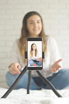 Nowoczesny telefon do kręcenia filmów z blogerką.