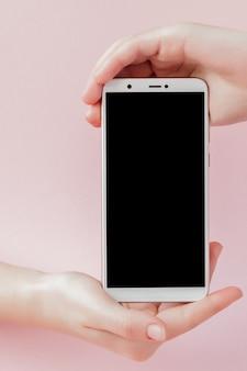 Nowoczesny telefon komórkowy w kobiecej dłoni