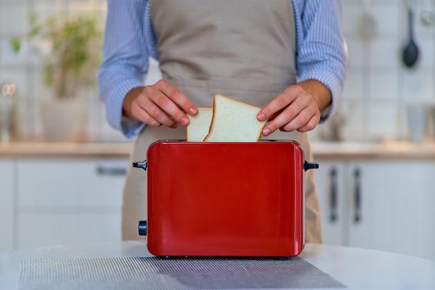 Nowoczesny toster czerwony do gotowania tostów