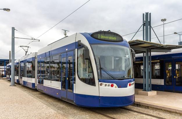 Nowoczesny tramwaj w almada koło lizbony - portugalia