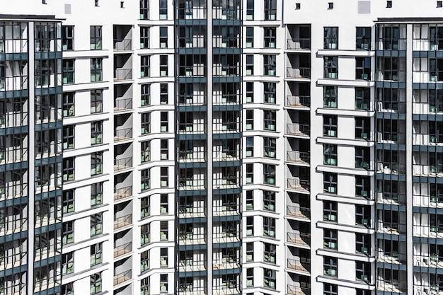 Nowoczesny wielopiętrowy budynek mieszkalny. tło z wielopiętrowego nowoczesnego domu. kredyty hipoteczne dla młodej rodziny. białoruś. soligorsk.