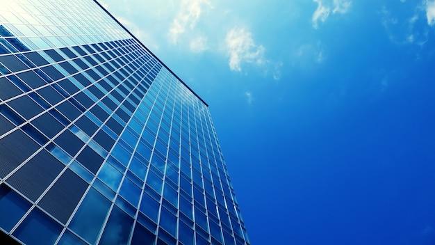 Nowoczesny wieżowiec biurowy budynek z błękitnego nieba