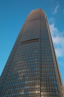 Nowoczesny wieżowiec na tle błękitnego nieba