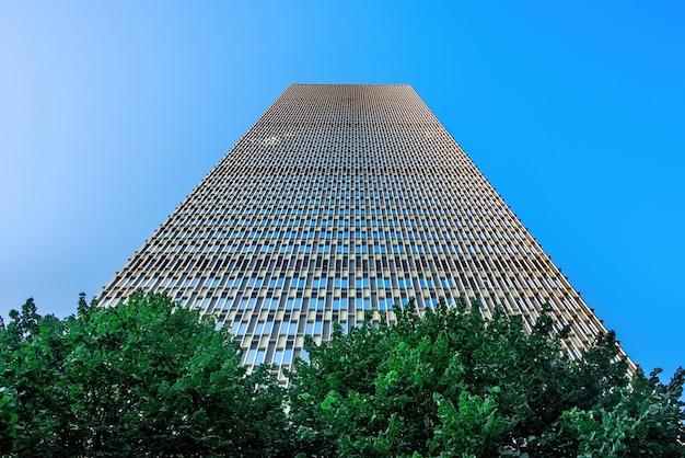 Nowoczesny wieżowiec z metalowo-szklaną fasadą