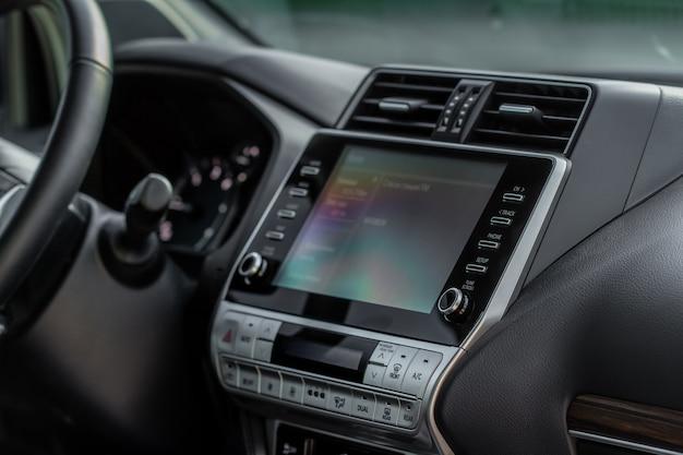 Nowoczesny wyświetlacz nośników samochodowych we wnętrzu samochodu. monitor dotykowy na desce rozdzielczej nowoczesnego samochodu.