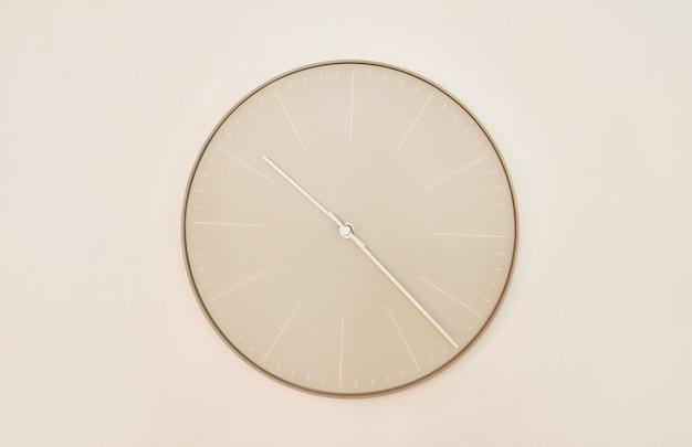 Nowoczesny zegar ścienny. zegar we wnętrzu. pojęcie czasu środowisko pracy.