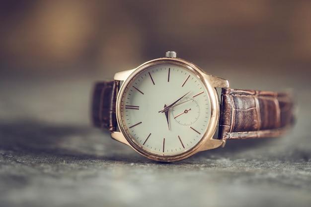 Nowoczesny Zegarek Dla Mężczyzny Na Stole Premium Zdjęcia