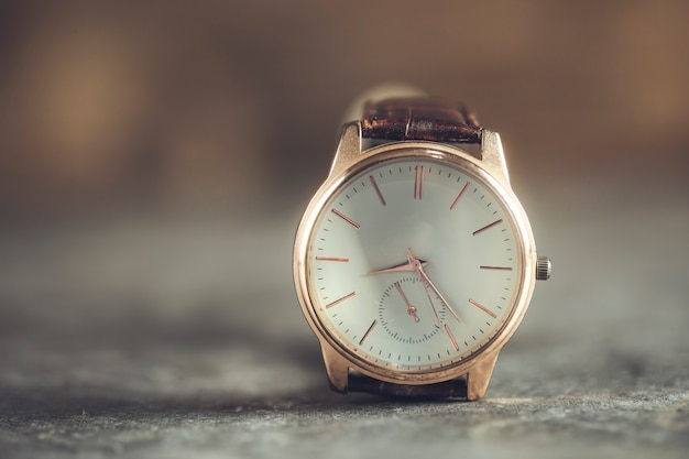 Nowoczesny zegarek dla mężczyzny na stole