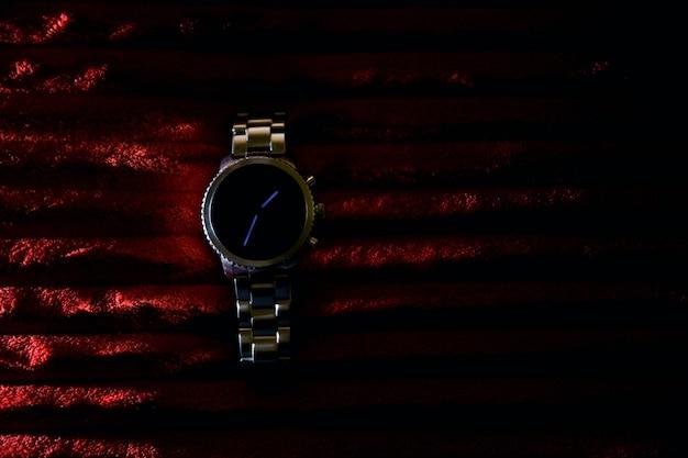 Nowoczesny zegarek na czerwonym tle
