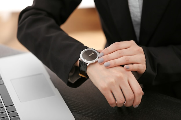 Nowoczesny zegarek na nadgarstku bizneswoman, z bliska