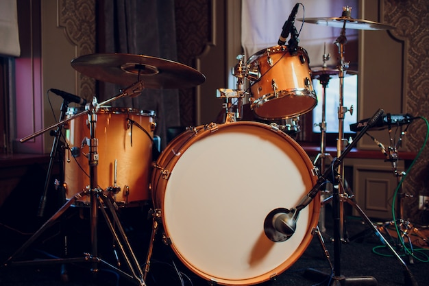 Nowoczesny zestaw perkusyjny na scenie przygotowany do gry.