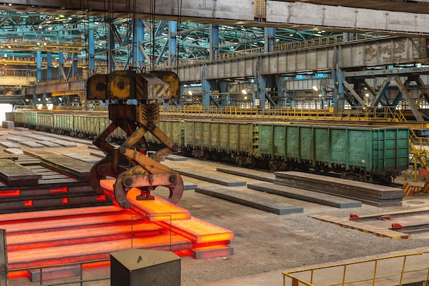 Nowokuźnieck, rosja, 4 czerwca 2019 r. wycieczka do zakładu metalurgicznego evraz zsmk. sklep konwerterów tlenu. widok z góry strumienia gorącego metalu.