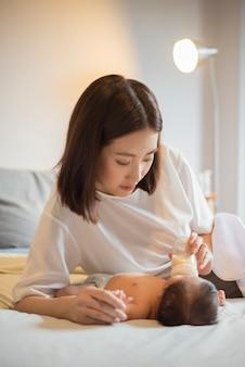 Nowonarodzona dziewczynka pije mleko przez matkę
