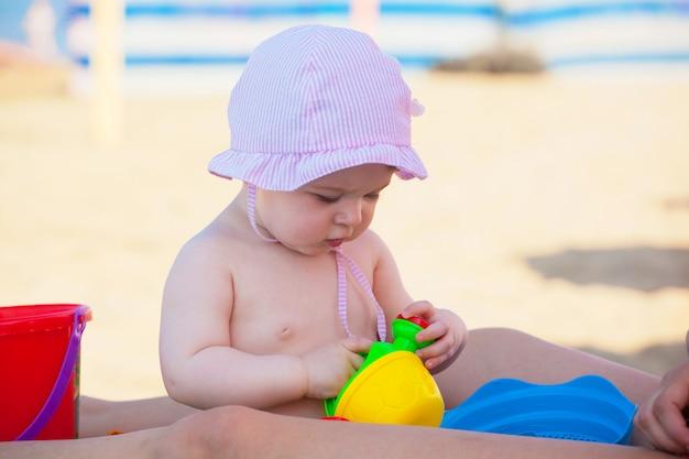 Nowonarodzona dziewczynka przy morzem