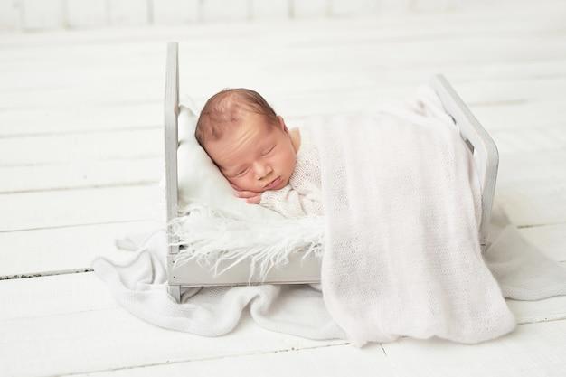 Nowonarodzonego chłopca na białym tle