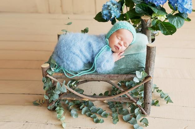 Nowonarodzony chłopiec śpi w domu
