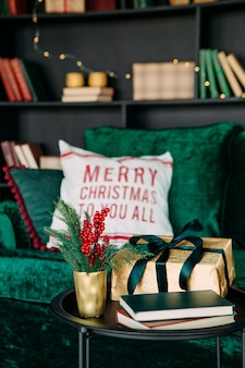 Noworoczna dekoracja bożonarodzeniowa luksusowa aksamitna sofa szafka regał czarny zielony wykwintny styl
