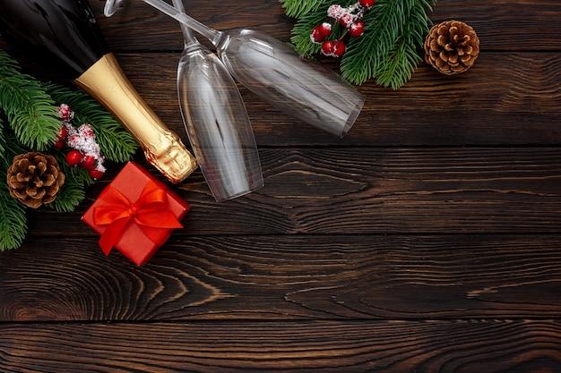 Noworoczna dekoracja z butelką szampana i gałęziami jodły