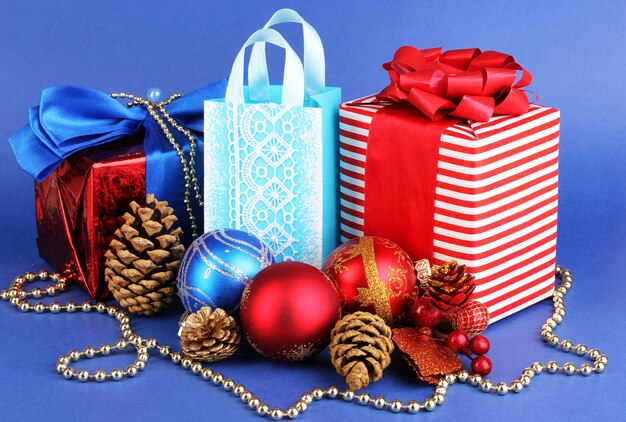 Noworoczna kompozycja noworocznego wystroju i prezentów na niebiesko