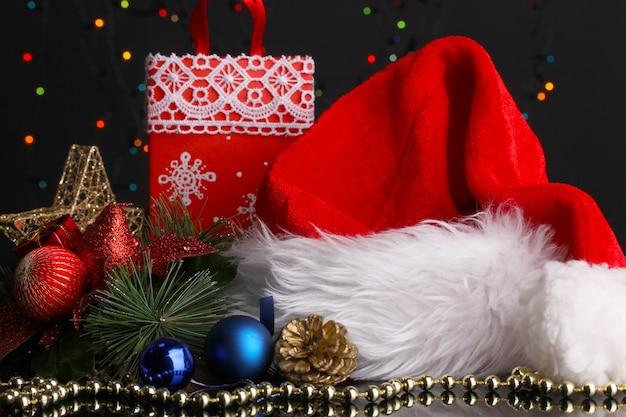 Noworoczna kompozycja wystroju noworocznego i prezentów na tle świateł bożonarodzeniowych