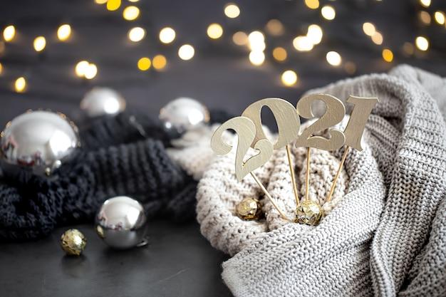 Noworoczna kompozycja z drewnianym numerem noworocznym i świątecznym tłem.