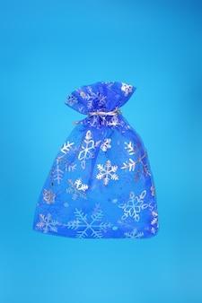 Noworoczna niebieska torba na prezent na niebieskim tle