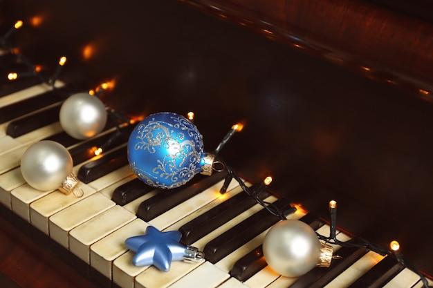 Noworoczne dekoracje na klawiaturze fortepianu. koncepcja muzyki świątecznej