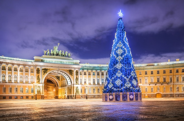Noworoczne niebieskie drzewo na placu pałacowym w sankt petersburgu
