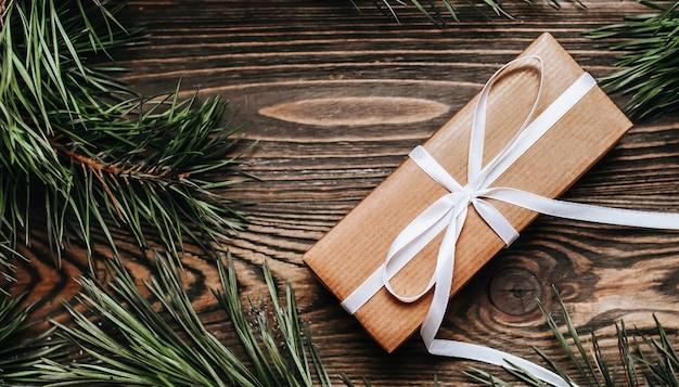 Noworoczne prezenty na podłoże drewniane z choinką i zabawkami