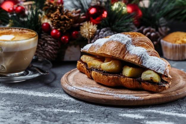 Noworoczne śniadanie z rogalikami. noworoczny rogalik z czekoladą i pieczonym ananasem.