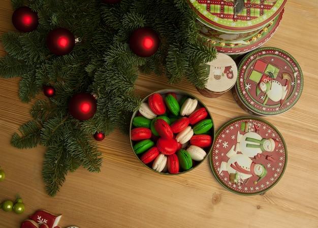 Noworoczne świąteczne ciasteczka z ozdobami świątecznymi i gałązką choinki