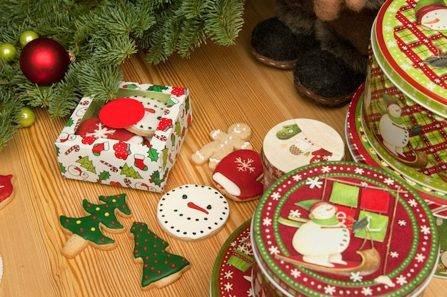 Noworoczne świąteczne ciasteczka ze świątecznymi ozdobami i butami
