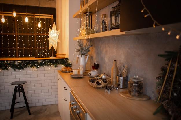 Noworoczne wnętrze kuchni, świąteczny wieniec wiszący na ścianie kuchni.