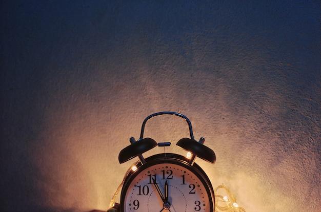 Noworoczny budzik z błyszczącym złotem w stylu vintage
