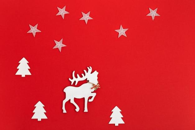 Noworoczny jeleń z rogami w kolorze białym w lesie jodłowym, kartki świąteczne z życzeniami.